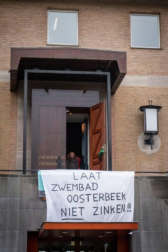 Op Zwembad Oosterbeek werd eerder al bezuinigd door de gemeente Renkum. Het zwembad heeft het door de coronacrisis nu nog lastiger.