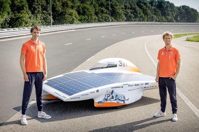 Electrical engineer Jean-Paul Rozestraten (links) en mechanical engineer Thies Postma met de nieuwe Nuna 11.