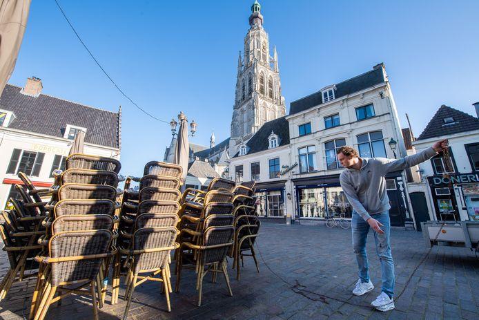 Marc van Vliet (Bruxelles) is bezig met de terrasstoelen op de Havermarkt.