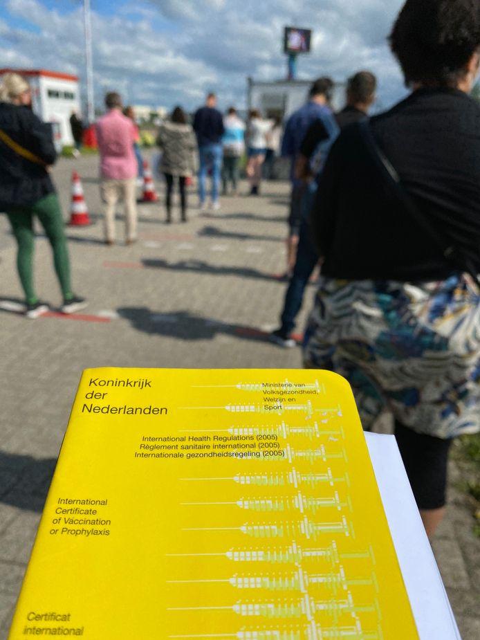 In de rij met het gele boekje bij het ADO Stadion - ter illustratie