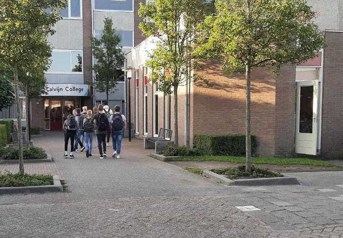 Leerlingen van het Calvijn College in Goes gaan de school in.