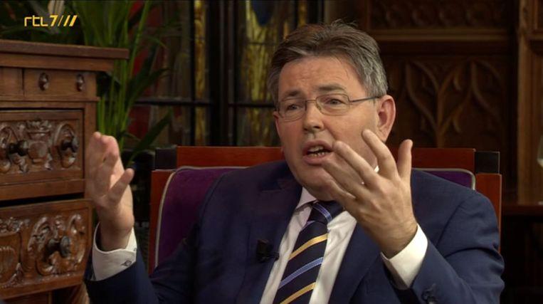 Europees lijsttrekker Eppink in Business Class. Mens:  'Ik denk dat ik overweeg om op jou te gaan stemmen.' Beeld