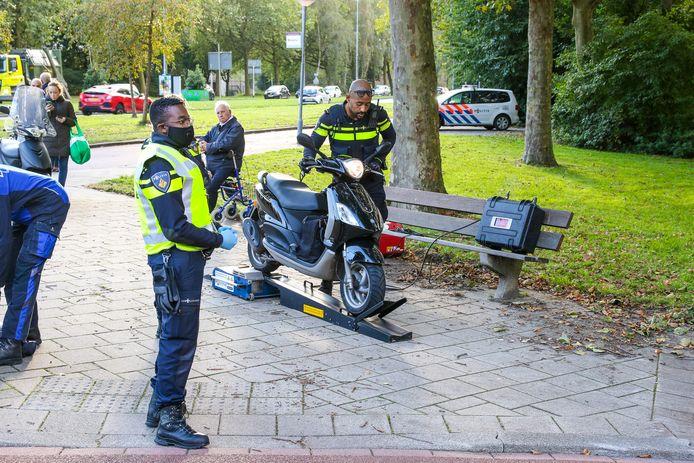 Na klachten over overlast controleert de politie in Rotterdam-Ommoord met behulp van een rollerbank of scooters niet te snel kunnen.