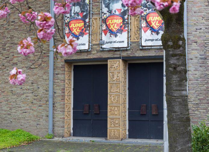 Keramische omlijsting bij de ingang van de voormalige H. Hartenkerk in Eindhoven.