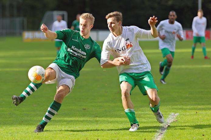 Jonathan van Eerd (links), hier nog in het shirt van UVV'40, hoopt komend seizoen zaterdag-eersteklasser Almkerk aan doelpunten te helpen.