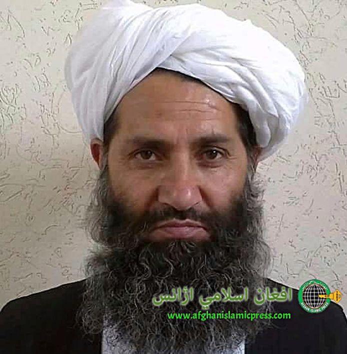 Een foto van Hibatullah Akhundzada, die geestelijk leider wordt van de Taliban.