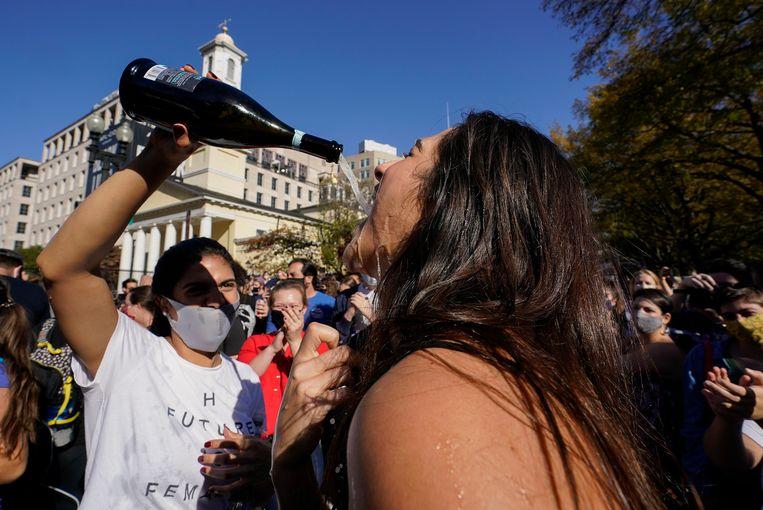Op het Black Lives Matter-plein, vlak voor het Witte Huis, wordt champagne gedronken.  Beeld AP