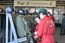 Para junioren maken eerste parachute sprong tijdens jeugdstage.