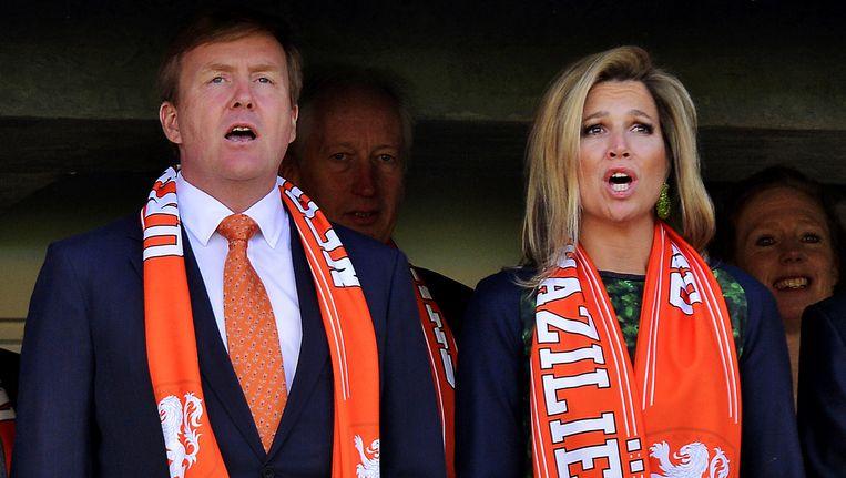 Koning Willem-Alexander en koningin Maxima zingen het Wilhelmus. Beeld anp