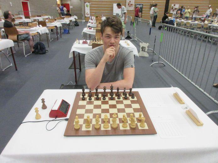Lucas van Foreest zit klaar voor zijn partij op het Open NK schaken.