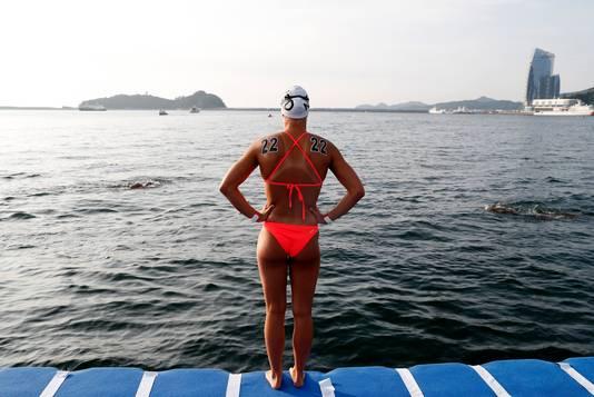 Sharon van Rouwendaal voor de start van het WK open water.