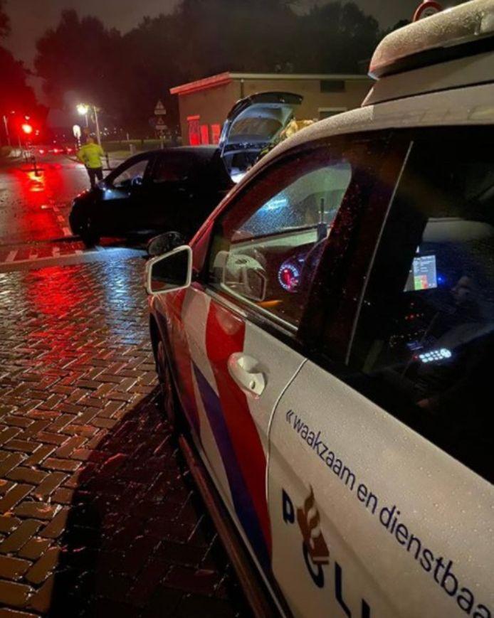 De politie is bezig met de controle van het voertuig in Holtenbroek.