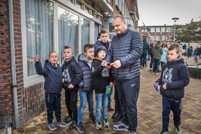 Een gps-tocht voor de jeugd in Duindorp. In groepjes gingen ze op zoek naar letters. Stefan begeleidt er een van. Hij is voetbaltrainer van deze jongens uit groep 4.
