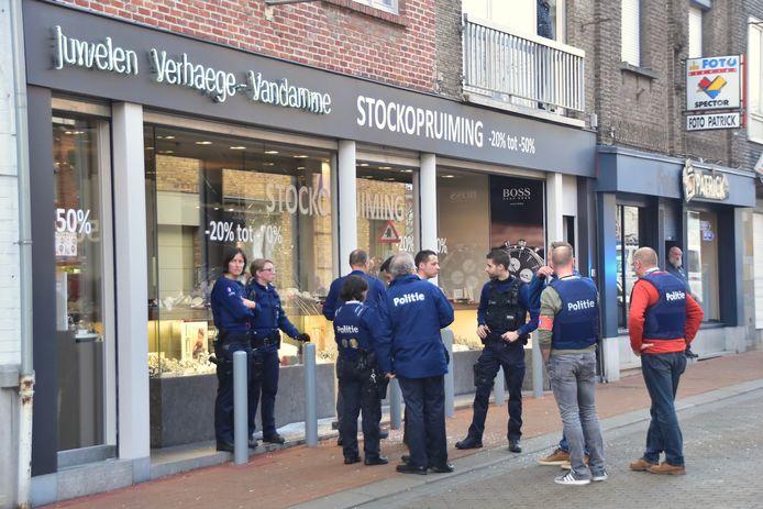 De juwelierszaak in de Molenstraat kreeg ongewenst bezoek.