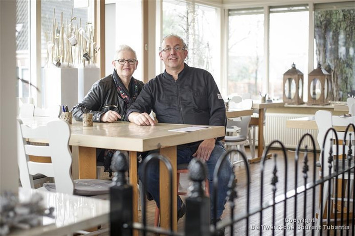 Hilda en Harry Rosman van restaurant en zalencentrum De Beuk in Den Ham: positieve uitzondering bij de controle op de verkoop van alcohol aan jongeren onder de 18 jaar.