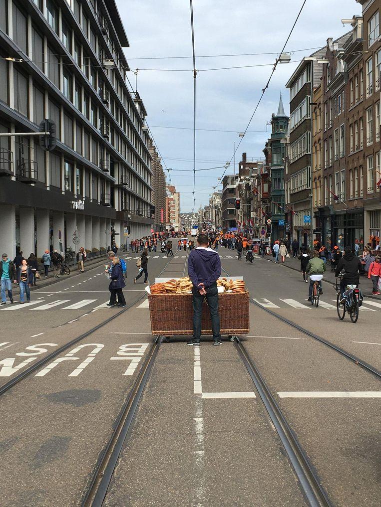 Een broodjesverkoper maakt van de verkeerloze straat gretig gebruik Beeld Cathelijne Esser