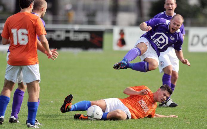 Rudi van der Bijl (rechtsboven), hier in actie tegen GPC, is komend seizoen weer speler van Bruse Boys 1.