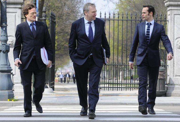 Vincent Houssiau, Yves Leterme en Dominique Dehaene in april 2011. Leterme: 'Je hebt medewerkers die van een overleg terugkomen met een verslag, en je hebt er die terugkomen met een resultaat. Vincent kwam altijd terug met resultaat.' Beeld BELGA
