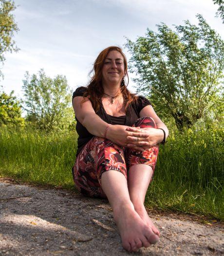 Kayleigh (34) wandelt het liefst op blote voeten: 'Ik ben nog nooit in glas of hondenpoep gaan staan'