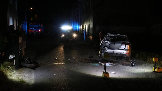 Motard (25) in levensgevaar na zware klap tegen geparkeerd voertuig