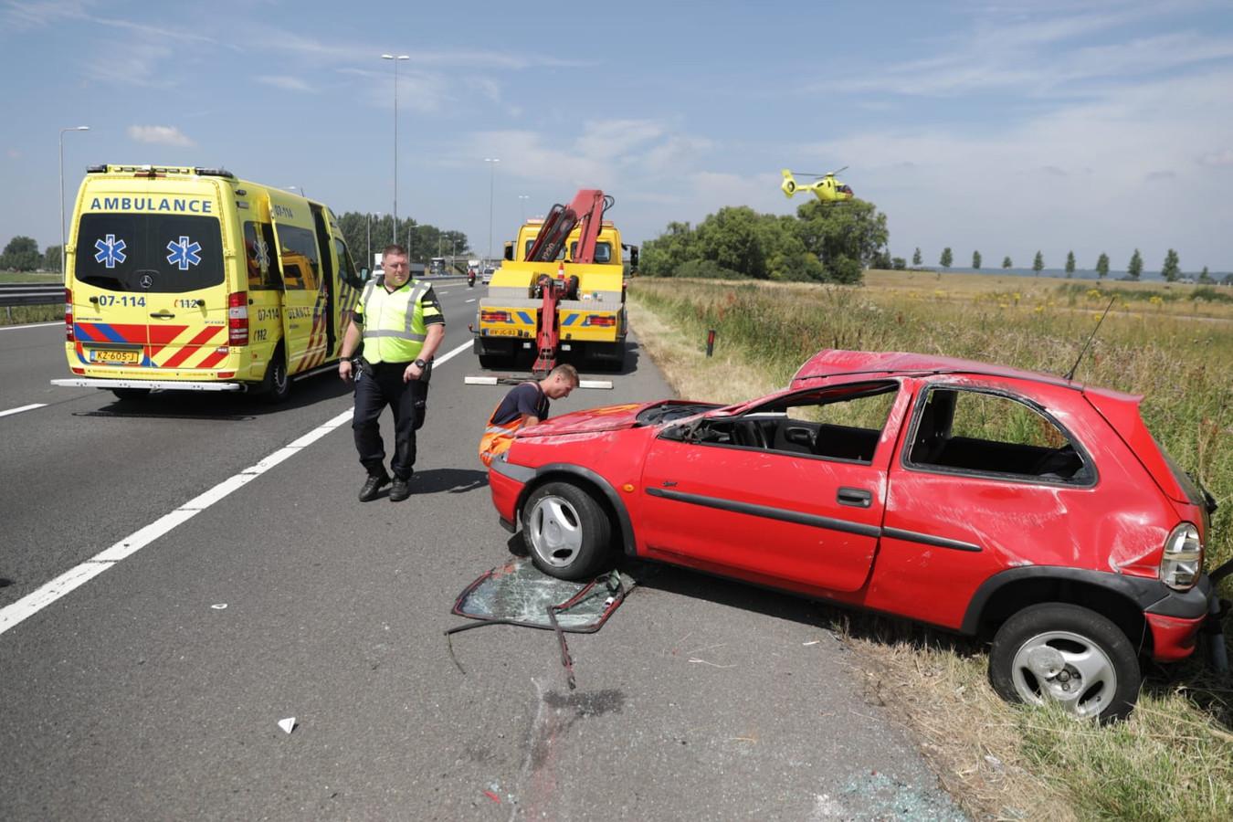 Op de A50 bij Valburg is een auto over de kop geslagen.