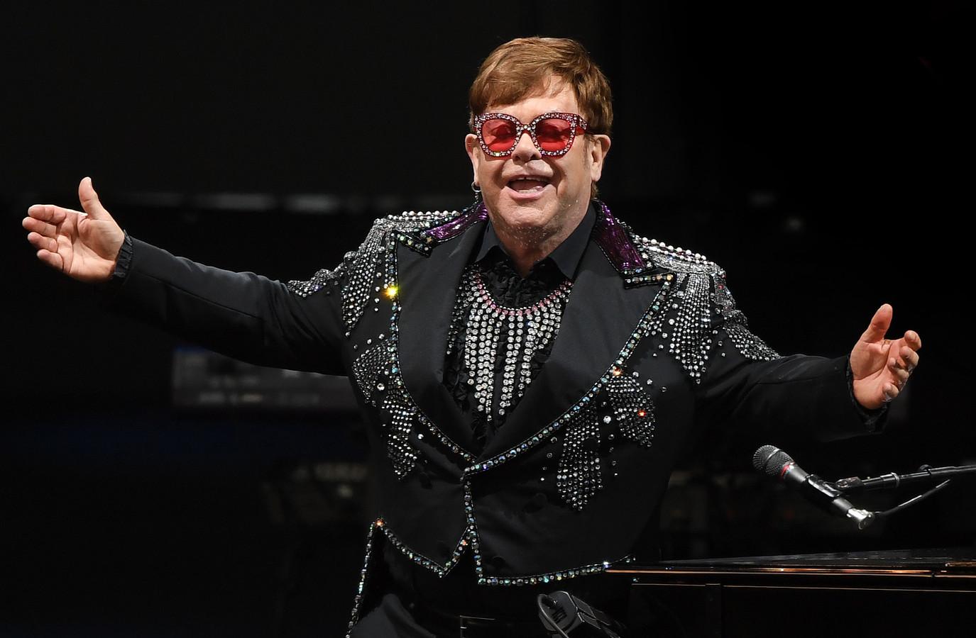 Elton John tijdens het iHeart Living Room Concert for America in maart 2020. De Engelse zanger heeft de hervatting van zijn afscheidstour uitgesteld.