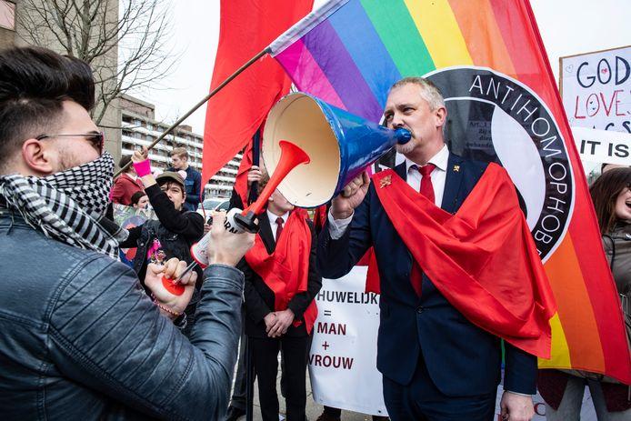 Hugo Bos gaat regelmatig de straat op om actie te voeren, zoals vorig jaar bij een protest tegen reclameposters van Suit Supply.