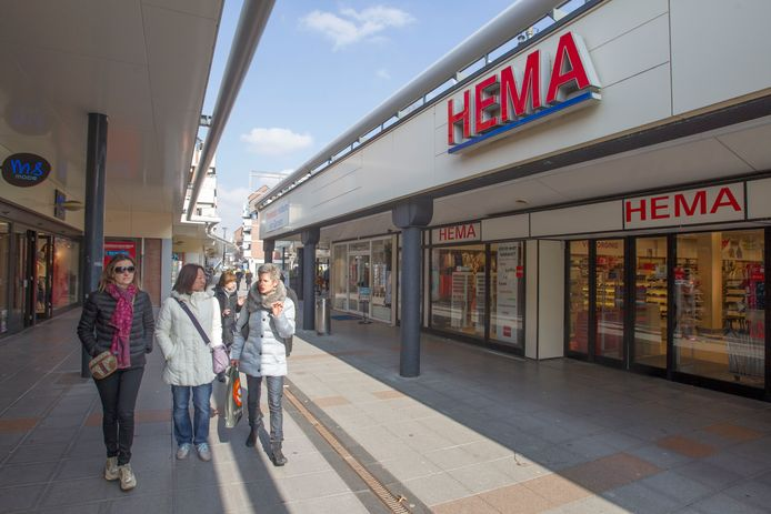 Expats krijgen informatie over de winkels in het Veldhovense Citycentrum (archieffoto).