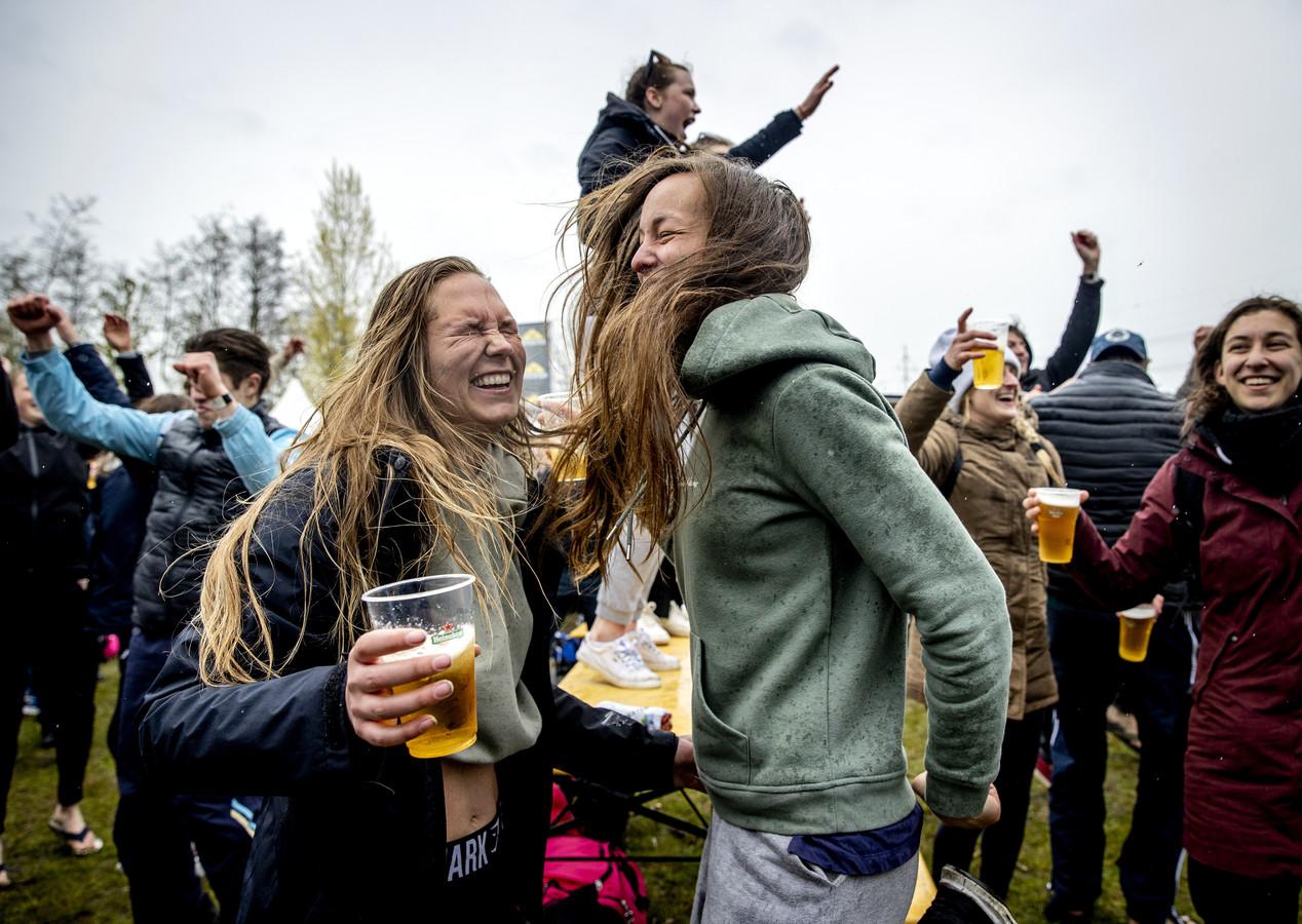 Nederlandse deelnemers dansen tijdens een proefevenement.