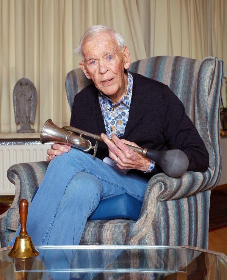 Herman Stok op 29 april 2021, nog steeds met toeter, in zijn woning in Amsterdam.   Beeld Daniel Cohen