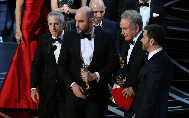 Producer Jordan Horowitz (tweede van links), acteur Warren Beatty (tweede van rechts) en presentator Jimmy Kimmel tijdens de aankondiging van de Oscar voor beste film.  Beeld REUTERS