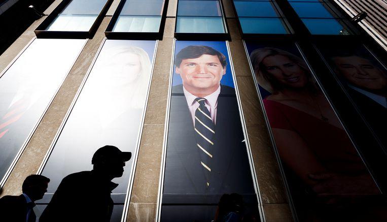 Tucker Carlson op de buitengevel van Fox News in New York.  Beeld Hollandse Hoogte / EPA