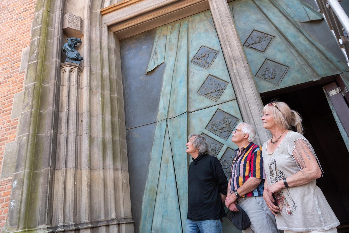 Kunstenaar Eric Claus (l) en weldoeners Ditty en Fons Voers bewonderen één van de twee beelden.