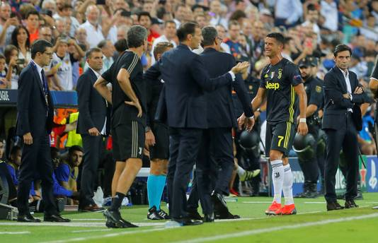 Cristiano Ronaldo loopt in Valencia huilend van het veld na zijn rode kaart.