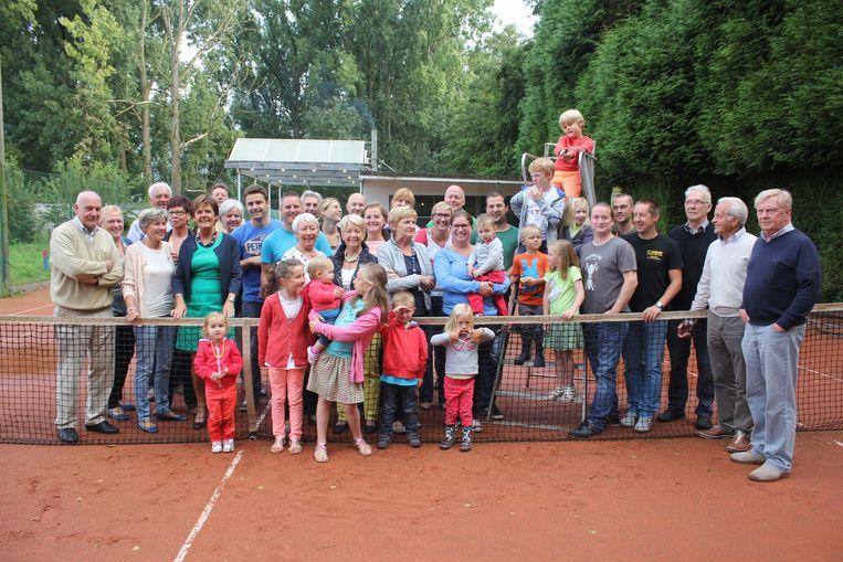 De leden van tennisclub Byblos in 2014 bij het afscheid van hun terreinen.