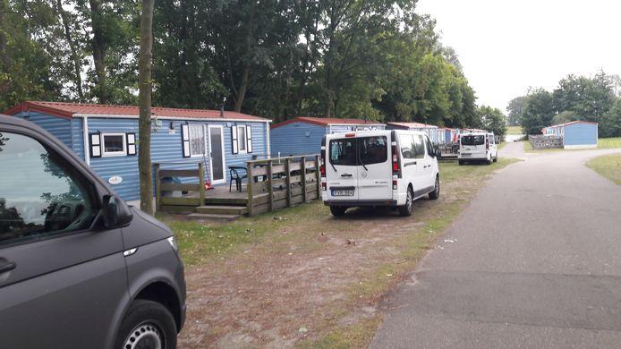 Juni 2018, busjes met buitenlandse kentekenplaten op vakantiepark Marina Beach bij Hoek.