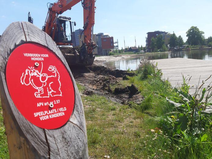 De gemeente heeft vrijdag bordjes geplaatst waarop het hondenverbod staat aangegeven. Het strandje bij de Indiëvijver is een speelplaats voor kinderen.