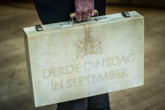 Demissionair minister Wopke Hoekstra (Financiën, CDA) met het koffertje met daarin de miljoenennota.