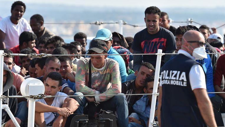 Overlevenden van de schipbreuk van vorige week. Daarbij kwamen vermoedelijk 200 mensen om het leven.