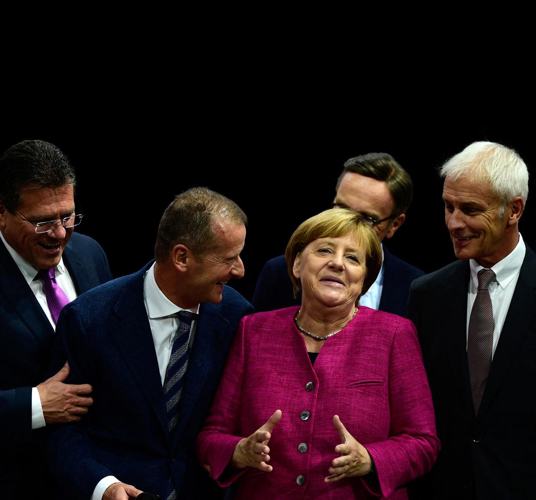 Bondskanselier Angela Merkel omringd door topmannen uit het bedrijfsleven, met rechts voormalig Volkswagen-topman Matthias Müller en links Volkswagen-CEO Herbert Diess. Beeld Hollandse Hoogte / AFP