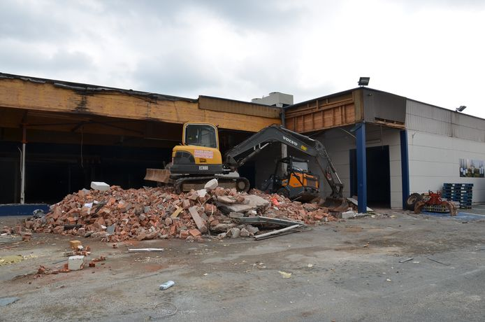 De vroegere Tacos wordt afgebroken. In de plaats komt de eerste vestiging van Jumbo in Denderleeuw.