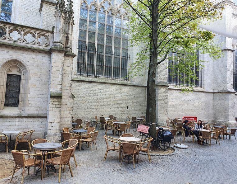 Een stukje Parijs in Antwerpen: het terras van de Witzli-Poetzli, in de schaduw van de kathedraal.  Beeld rv