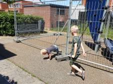Omwonenden zijn boos over dat hek om speeltuinje in Lingewijk is geplaatst