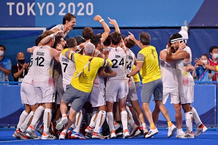 De Red Lions vieren hun overwinning na een nagelbijter van een finale. Beeld BELGA