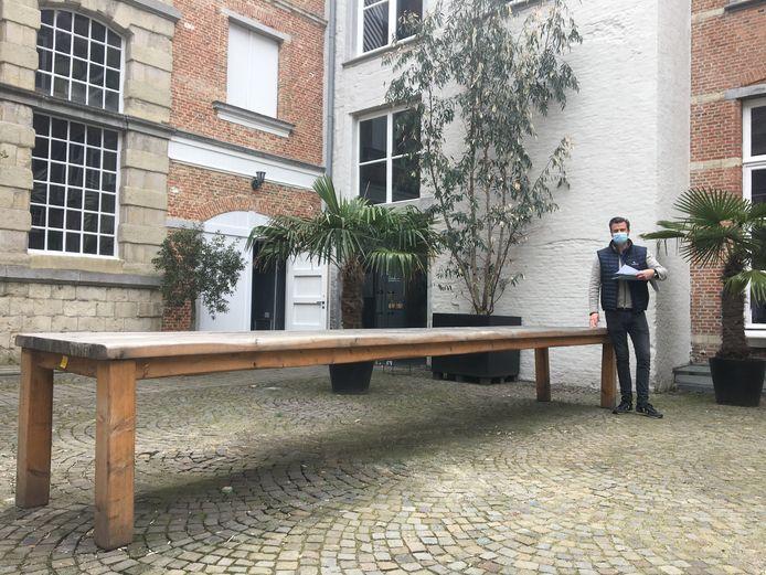 Deze vijf meter lange tuintafel is één van de stukken die geveild werden. Ze ging de deur uit voor 1.200 euro.