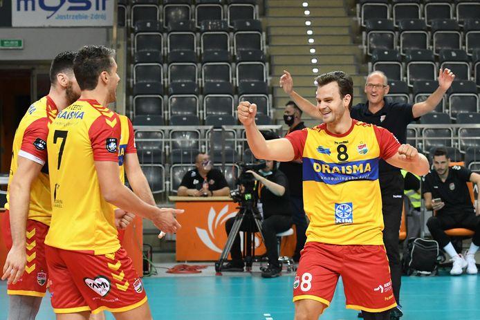 Spelverdeler Freek de Weijer van Dynamo (r) gaat zich met vijf collega-regisseurs voorbereiden op de lange volleybalzomer.