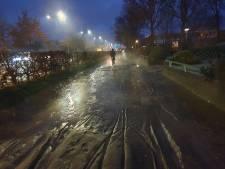 Straat blank in Hoogland door gesprongen waterleiding