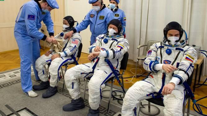 Sojoez-raket ter ere van eerste ruimtereiziger gelanceerd, nieuwe bemanning veilig aangekomen in het ISS
