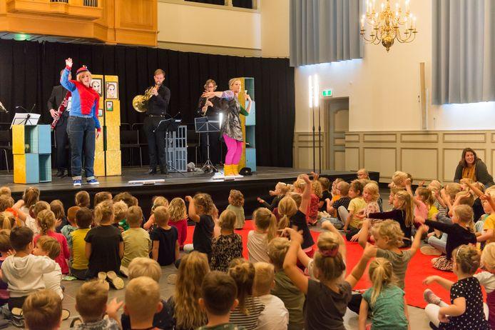 Tientallen bassischoolleerlingen uit Lochem genoten vandaag met volle teugen van de voorstelling 'Hans & Grietje' in het kader van Retourtje Cultuur Gelderland.
