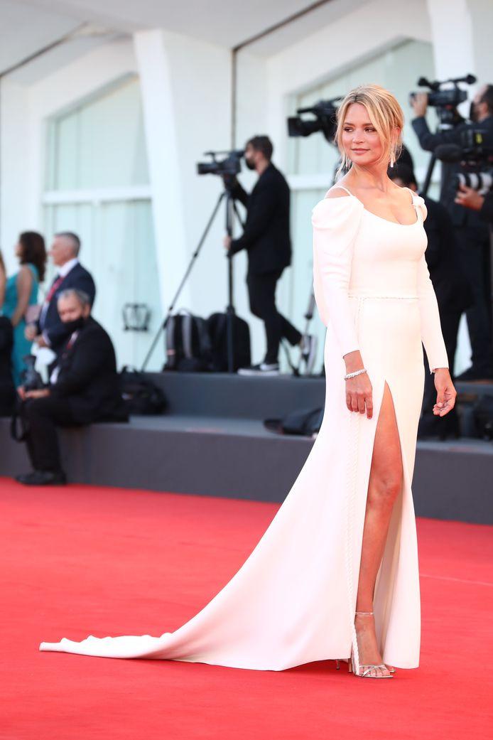 Virginie Efira est dans le jury de la Mostra de Venise. Elle a foulé le premier tapis rouge de l'événement dans une robe qui la mettait particulièrement en valeur.